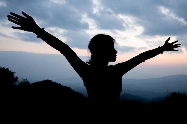 Ragazza adolescente, pregando pace, speranza, concetto di sogni.