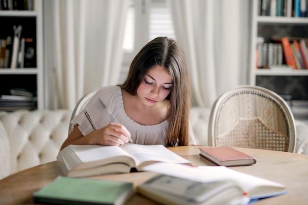 Ragazza adolescente studiando