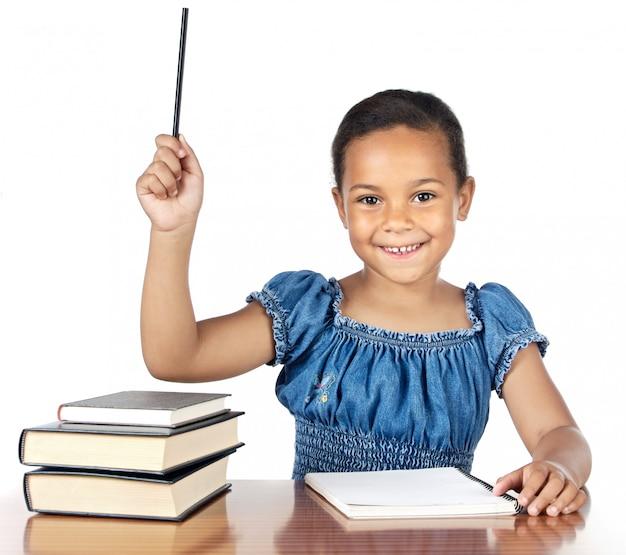 Ragazza adorabile che studia nella scuola sopra priorità bassa bianca eccessiva