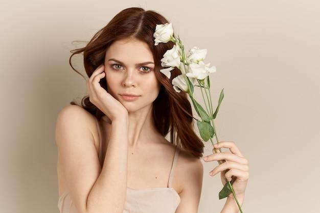 Ragazza adorabile con i fiori delicati sopra
