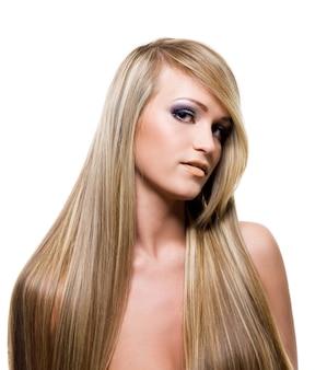 Ragazza adulta con i capelli biondi di bellezza