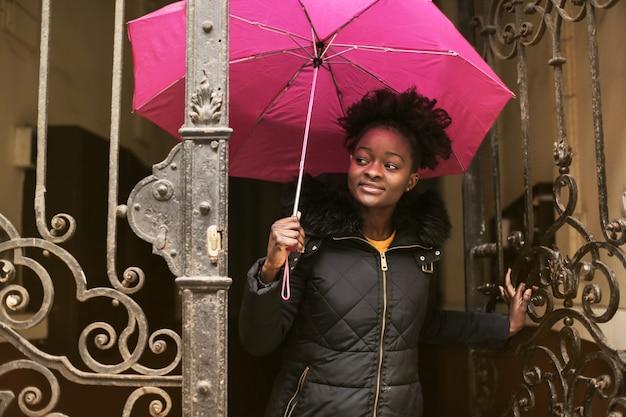 Ragazza afro con ombrello
