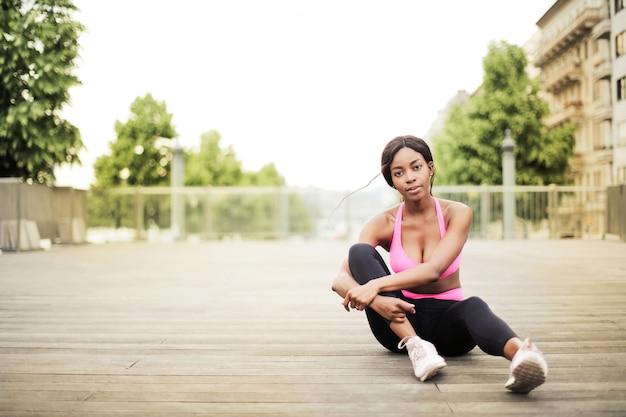 Ragazza afro sexy in attrezzatura sportiva