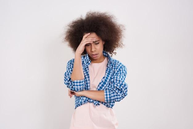Ragazza afroamericana è in posa stressata.