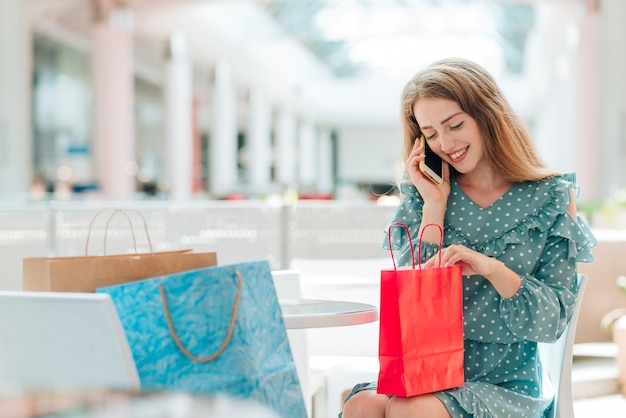 Ragazza al centro commerciale, parlando al telefono