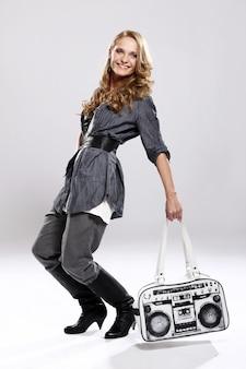 Ragazza alla moda con borsetta