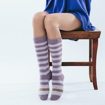 Ragazza alla moda in calze a maglia