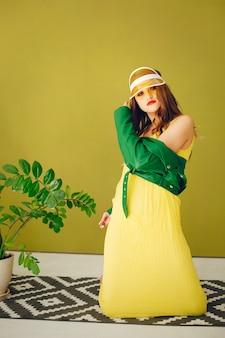 Ragazza alla moda in uno studio