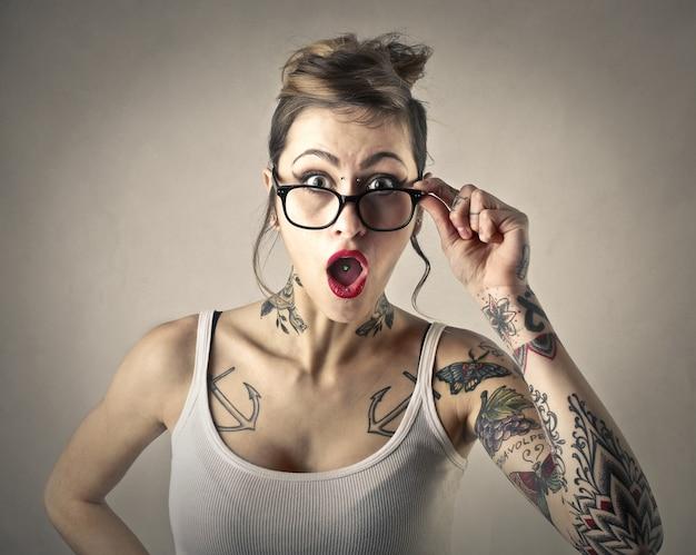 Ragazza alla moda tatuata