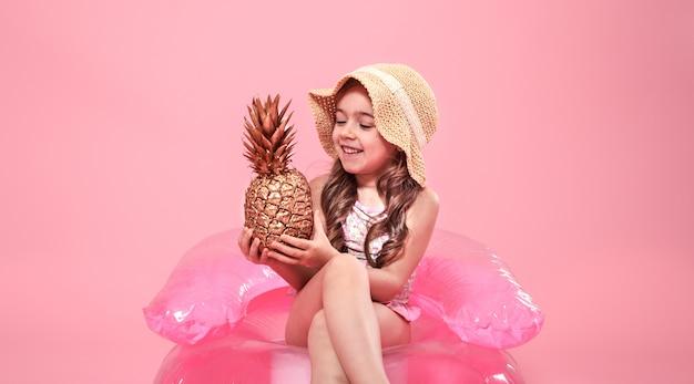 Ragazza allegra estate con ananas su sfondo colorato
