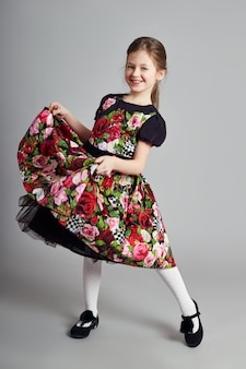 Ragazza allegra positiva in abito bello