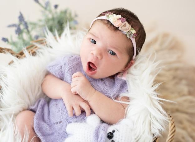 Ragazza appena nata adorabile con la bocca aperta