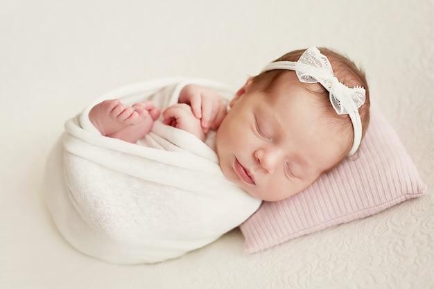 Ragazza appena nata su uno sfondo chiaro