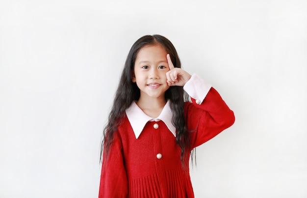 Ragazza asiatica abbastanza piccola in un vestito rosso