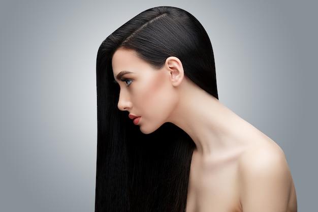 Ragazza asiatica castana con capelli lisci lunghi