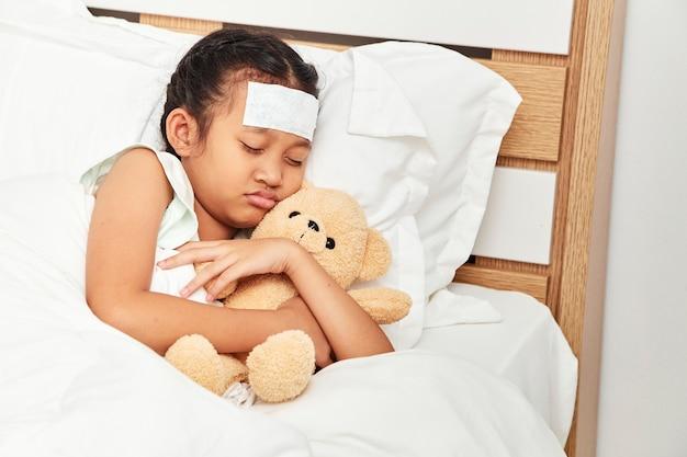 Ragazza asiatica che dorme in ospedale