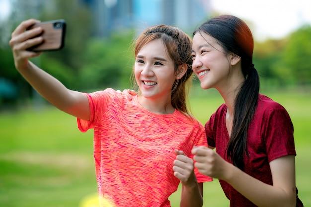 Ragazza asiatica che espone al sole e selfie insieme