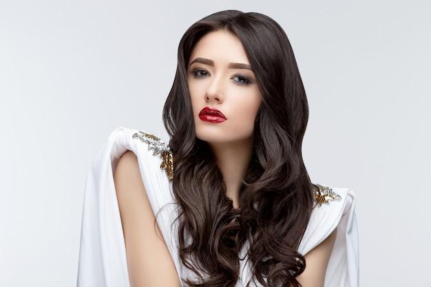 Ragazza asiatica del brunette con capelli ricci lunghi