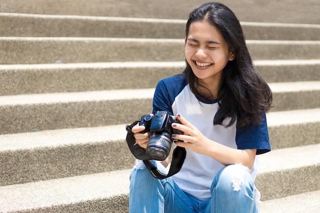 Ragazza asiatica prendere foto in città