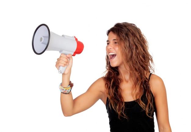 Ragazza attraente con un megafono