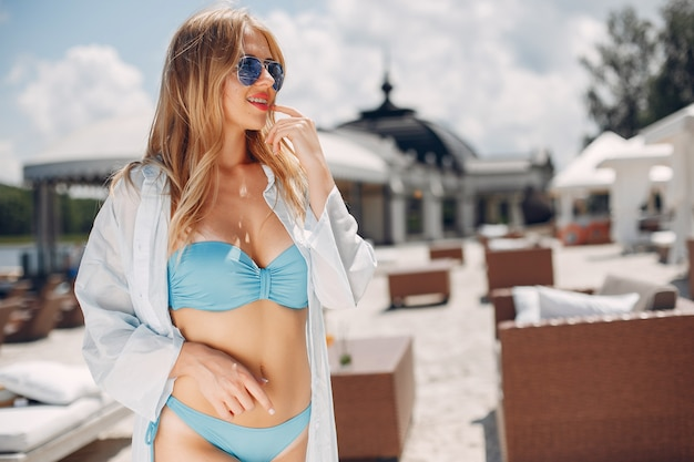 Ragazza bella ed elegante in un resort