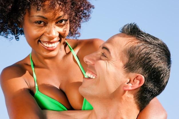 Ragazza bikini con il fidanzato