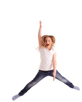 Ragazza bionda bambina rientrata saltando forte vento sui capelli