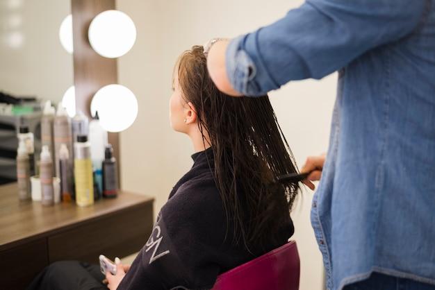 Ragazza bionda che si fa fare i capelli