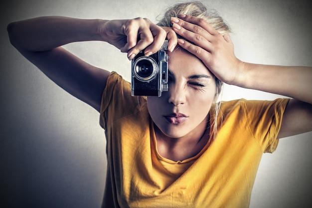 Ragazza bionda con una macchina fotografica