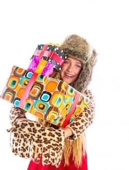 Ragazza bionda del bambino di inverno con sorridere impilato dei presente