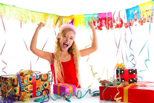 Ragazza bionda del partito del partito felice con molti regali
