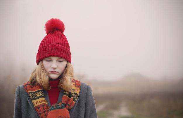 Ragazza bionda dell'adolescente nel campo di autunno