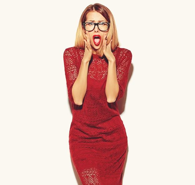 Ragazza bionda della donna in vestito rosso con gli occhiali