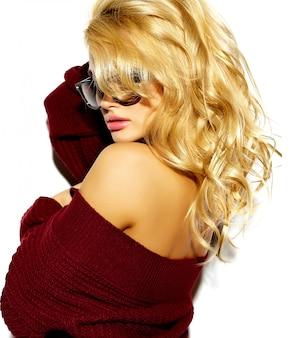 Ragazza bionda in maglione caldo rosso casual
