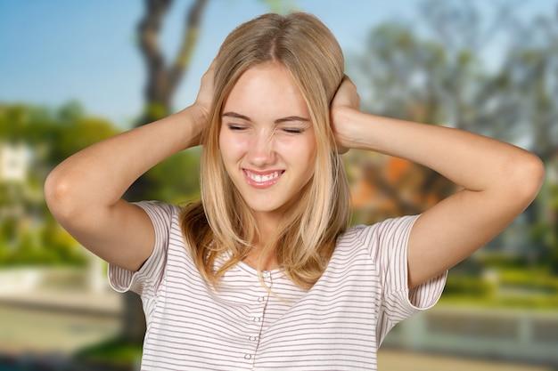 Ragazza bionda irritata e stressata
