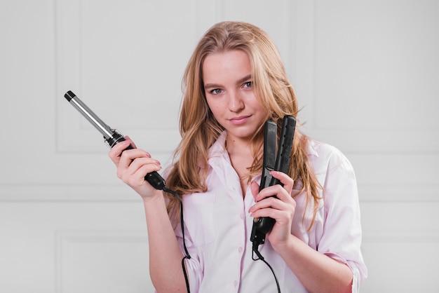 Ragazza bionda prendersi cura dei suoi capelli