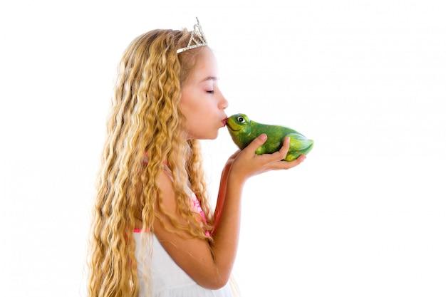 Ragazza bionda principessa bacia un rospo verde rana