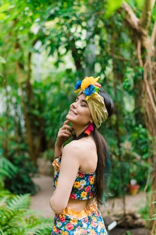 Ragazza brasiliana in costume della giungla nazionale. ragazza molto bella e carina, sorridente e ridendo nel verde