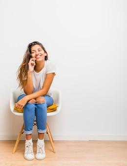 Ragazza bruna parla al telefono