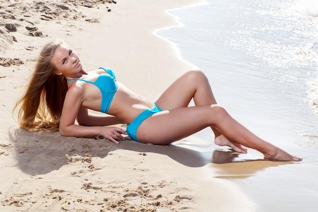 Ragazza calda sulla spiaggia