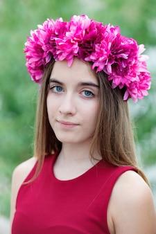 Ragazza carina adolescente con una bella corona sulla sua testa