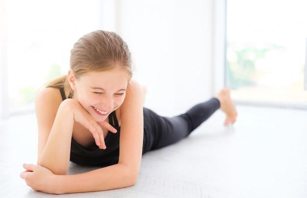 Ragazza carina adolescente sdraiato su un pavimento