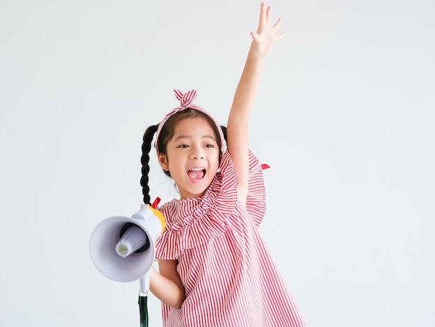Ragazza carina asiatica con il canto del megafono