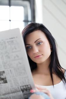 Ragazza carina che legge le notizie