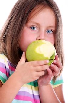 Ragazza carina che mangia una mela