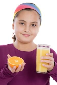 Ragazza carina con una metà di arancia e succo di arancia su uno sfondo bianco