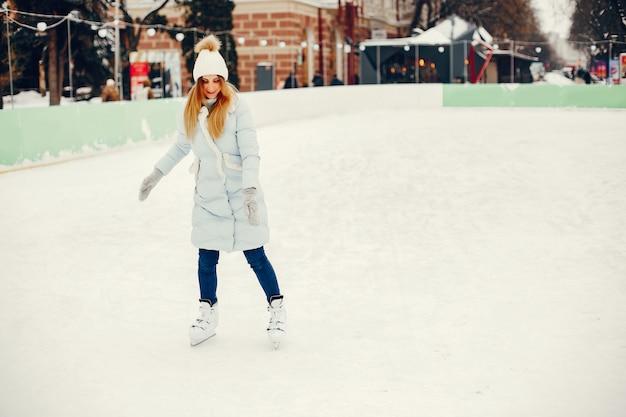Ragazza carina e bella in una città d'inverno