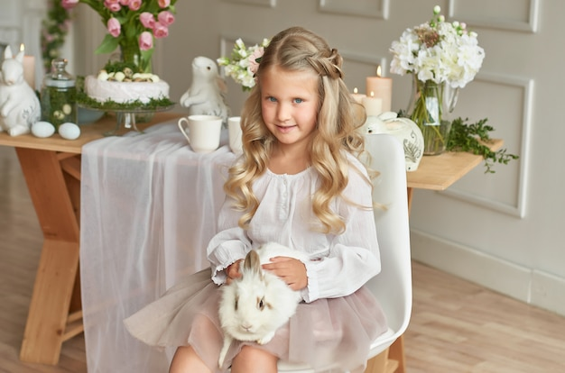 Ragazza carina giocando con coniglio