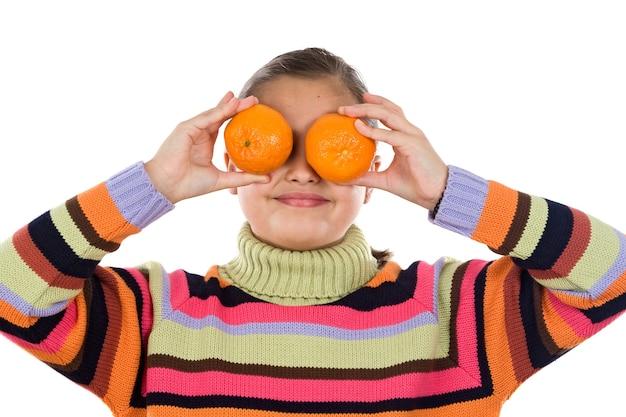 Ragazza carina giocando con mandarini su uno sfondo bianco
