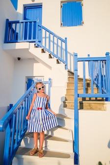 Ragazza carina in abito blu